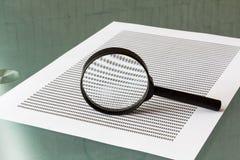 法律调查,有文件的放大镜 免版税库存照片