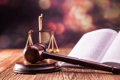 法律代码和惊堂木 免版税库存图片