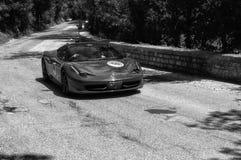 法拉利458在一辆老赛车的I 2012年在集会Mille Miglia 2017 2017年5月19日的著名意大利历史种族1927-1957 免版税库存照片