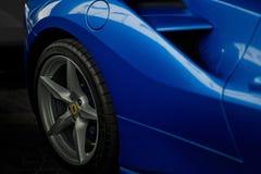 法拉利488蜘蛛蓝色关闭 库存图片