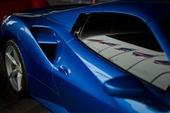法拉利488蜘蛛蓝色关闭 库存照片