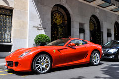 法拉利599 GTB Fiorano在乔治五世旅馆在巴黎 库存图片