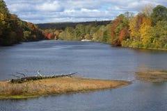 法明顿河的秋天视图在Collinsville,康涅狄格 免版税图库摄影
