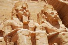 法老王拉美西斯二世雕象Abu Simbel,埃及伟大的寺庙的  免版税库存照片