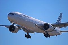 法航波音777-300ER在多伦多皮尔逊F-GSQP 免版税库存图片