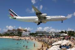 法航空中客车A340-300飞机着陆荷属圣马丁机场 库存照片