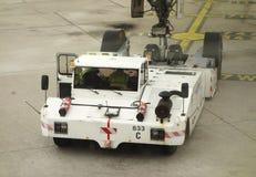 法航飞机推迟起飞拖拉机在奥利机场在巴黎 免版税库存照片