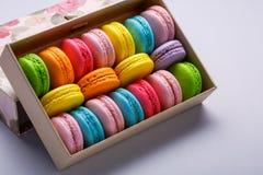 法语、葡萄酒和五颜六色的macarons或者蛋白杏仁饼干在箱子 库存照片