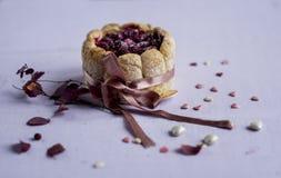 法语夏洛特装饰了桃红色丝带用小心脏糖果 免版税图库摄影