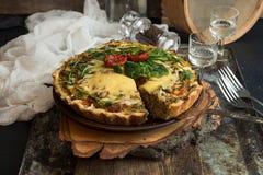 法语打开了与金枪鱼/鸡,硬花甘蓝,菠菜的饼乳蛋饼, 库存照片