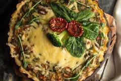 法语打开了与金枪鱼/鸡,硬花甘蓝,菠菜的饼乳蛋饼, 免版税图库摄影