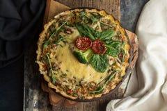 法语打开了与金枪鱼/鸡,硬花甘蓝,菠菜的饼乳蛋饼, 库存图片