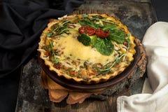 法语打开了与金枪鱼/鸡,硬花甘蓝,菠菜的饼乳蛋饼, 图库摄影