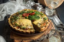 法语打开了与金枪鱼/鸡,硬花甘蓝,菠菜的饼乳蛋饼, 免版税库存图片