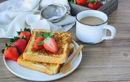 法语敬酒了用草莓和咖啡,健康的早餐 免版税库存图片