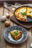 法语片断烘烤了煎蛋卷开胃菜用火腿、乳酪、土豆和韭葱在板材,土气样式,顶视图 免版税库存照片