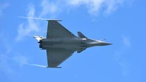 法语空军队执行特技飞行的阵风在新加坡Airshow 免版税库存图片