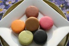 法语Macarons可口到一个杯子浓咖啡 库存图片