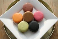 法语Macarons可口到一个杯子浓咖啡 免版税库存图片