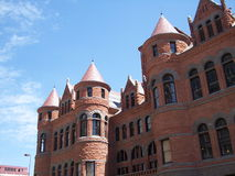 法院大楼前老红色视图 免版税库存照片