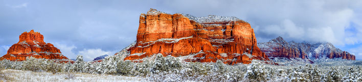 法院大楼小山和响铃岩石在雪下 库存照片