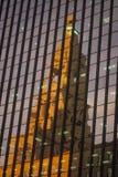 法院大楼的反映在大厦视窗里 免版税图库摄影