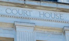 法院大楼的标志 免版税库存照片
