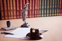 法院法官的惊堂木 库存照片