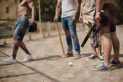 法院的年轻不同种族的男性棒球运动员 库存图片