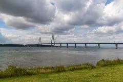 法鲁桥梁 在丹麦连接法尔斯特岛和西兰海岛的缆绳被停留的桥梁 免版税图库摄影