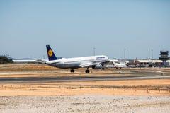 法鲁,葡萄牙- 2018年7月:在白天期间,从汉莎航空公司的班机在法鲁国际机场粮食与农业组织到达 免版税库存图片