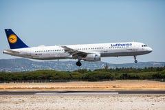 法鲁,葡萄牙- 2018年7月:在白天期间,从汉莎航空公司的班机在法鲁国际机场粮食与农业组织到达 库存照片