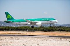法鲁,葡萄牙- 2018年7月:在白天期间,从爱尔兰航空的班机到达toFaro国际机场粮食与农业组织 免版税库存照片