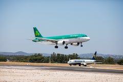 法鲁,葡萄牙- 2018年7月:在白天期间,从爱尔兰航空的班机到达toFaro国际机场粮食与农业组织 图库摄影