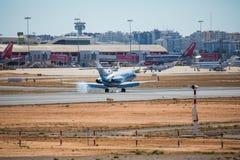 法鲁,葡萄牙- Juny 30日2017年:包机从法鲁国际机场的飞机到来 库存图片