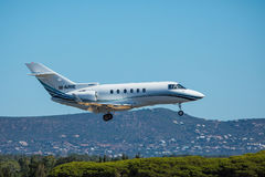 法鲁,葡萄牙- Juny 30日2017年:包机从法鲁国际机场的飞机到来 免版税库存图片