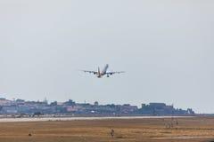 法鲁,葡萄牙- Juny 18日2017年:国君飞行从法鲁国际机场的飞机离开 国君是英国航空公司 免版税库存图片
