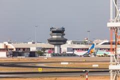法鲁,葡萄牙- Juny 18日2017年:法鲁跑道和机场 库存照片