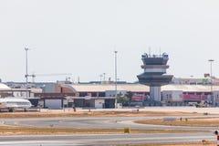 法鲁,葡萄牙- Juny 18日2017年:法鲁跑道和机场 库存图片