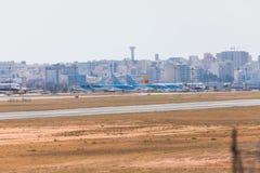 法鲁,葡萄牙- Juny 18日2017年:法鲁跑道和airparking飞机 库存照片