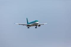 法鲁,葡萄牙- Juny 18日2017年:爱尔兰航空飞行在法鲁国际机场的飞机着陆 图库摄影