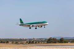 法鲁,葡萄牙- Juny 18日2017年:爱尔兰航空飞行在法鲁国际机场的飞机着陆 免版税库存照片