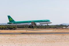 法鲁,葡萄牙- Juny 18日2017年:爱尔兰航空飞行在法鲁国际机场的飞机着陆 库存图片