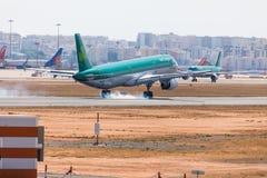 法鲁,葡萄牙- Juny 18日2017年:爱尔兰航空飞行在法鲁国际机场的飞机着陆 免版税图库摄影