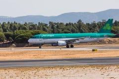 法鲁,葡萄牙- Juny 18日2017年:爱尔兰航空飞行在法鲁国际机场的飞机着陆 免版税库存图片