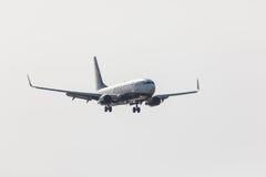 法鲁,葡萄牙- Juny 18日2017年:瑞安航空公司飞行在法鲁国际机场的飞机着陆 免版税图库摄影