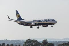 法鲁,葡萄牙- Juny 18日2017年:瑞安航空公司飞行在法鲁国际机场的飞机着陆 库存照片