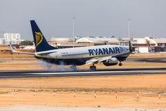 法鲁,葡萄牙- Juny 18日2017年:瑞安航空公司飞行在法鲁国际机场的飞机着陆 免版税库存照片