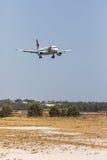法鲁,葡萄牙- Juny 18日2017年:轻拍葡萄牙飞行在法鲁国际机场的飞机着陆 免版税库存照片