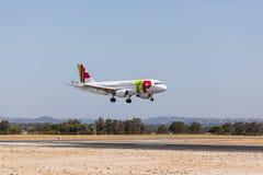 法鲁,葡萄牙- Juny 18日2017年:轻拍葡萄牙飞行在法鲁国际机场的飞机着陆 免版税图库摄影